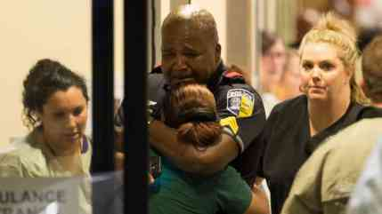 HT_DMN_Dallas_Police_Hugs_Woman_ml_160708_16x9_992